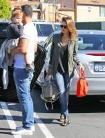 """Джессика Альба с семьей направляется на ланч в """"Brentwood Country Mart"""""""