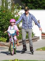 Питер учит Фиону кататься на велосипеде!)))