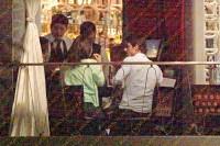 Папарацци запечатлели Сурию и Альберто за романтическим ужином в ресторане (10.04).