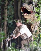 Шон Бин гонится от Динозавра
