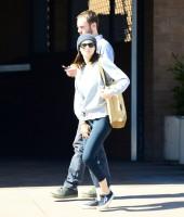 Руни и Чарли покидают ресторан в Лос-Анджелесе, 27 февраля