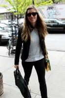 Джессика прибывает в свой отель в Нью-Йорке (6-ого мая 2013):