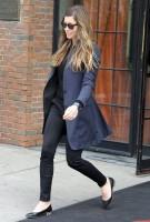 Джессика Бил. Джессика покидает отель Bowery в Нью-Йорке( 6-ого мая 2013)
