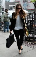 Джессика Бил. Джессика прибывает в свой отель в Нью-Йорке (6-ого мая 2013):