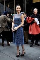 Оливия во время прибытия на показ «Calvin Klein»
