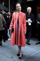 Оливия Уайлд. Оливия во время прибытия на показ «Calvin Klein»