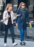 Джессика Бил. Джессика прогуливается с подругой по улицам Нью-Йорка :