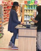 """Джессика Альба посетила аптеку """"CVS pharmacy"""" в Беверли-Хиллз"""
