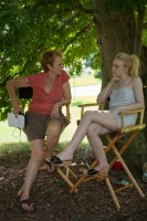Дакота на съемках фильма «Очень хорошие девочки» с режиссером Наоми Фонер.