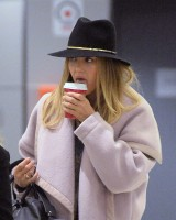 Джессика Альба в аэропорту Нью-Йорка