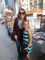Миранда Косгроув. Миранда посетила Нью-Йорк, где участвовала в фотосессии и по пути встречала поклонников.