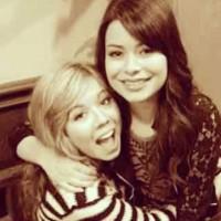 Миранда выложила фото в день рождения подруги Дженнет в инстаграме