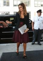 Джессика Альба покидает отель в Нью-Йорке