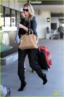 Роузи прибывает в LAX