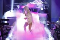 Леди Гага выступает на «Tonight Show» в Нью-Йорке с песней «ARTPOP».