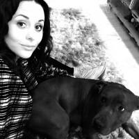 Пекрасное фото Сурии и ее собаки из Instagram'а.