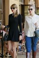 Тейлор и Джейми Кинг гуляют по Лос-Анджелесу, США.
