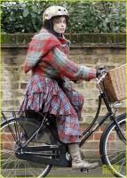Хелена Бонэм Картер. Фото с велопрогулки по дождливому Лондону