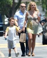 Бритни Спирс. 14 июля - Бритни ведет мальчиков в церковь