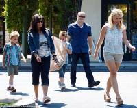 Бритни Спирс. 13 июля - Бритни с семьей посетила магазин игрушек Toys R Us в Камарилло
