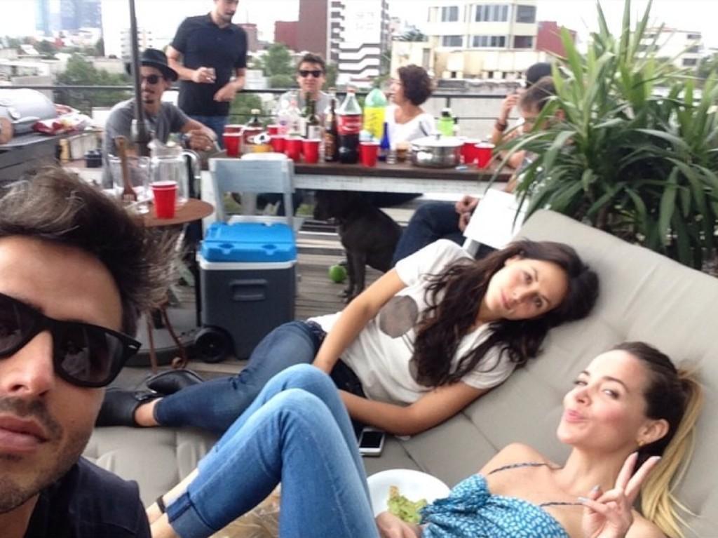 Cурия Вега. Воскресенье Сурия провела в компании друзей на терассе своего дома.