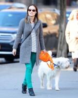 Оливия во время прогулки по улицам Вест-Виллиджа