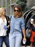 Джессика Альба покидает отель в Лос-Анджелесе