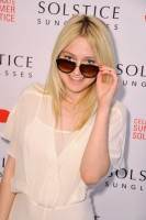 Несравненная мисс Фаннинг позировала на ковровой дорожке мероприятия «Summer Solstice Soiree for Solstice Sunglasses And Safilo USA»