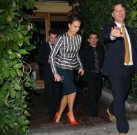 """Джессика Альба покидает ресторан """"Ago"""" в Западном Голливуде"""