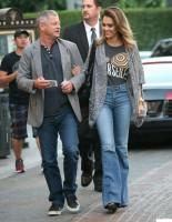 """Джессика Альба направляется на съемки фильма """"Особо опасна"""" в Западном Голливуде"""