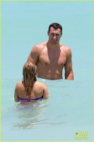 Хайден Панеттьери и Владимир Кличко проводят день в Hollywood Beach в воскресенье (12 мая) Майами, штат Флорида