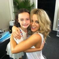Юная танцовщица Элла делится обнимашками с Кейт Бекинсейл.