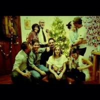 Зурия и Альберто празднуют с друзьями.
