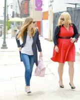 Джессика Бил.  Джессика и её подруга направляются на обед в Калифорнии
