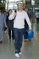 Уилл и Джейден в аэропорту города Инчхон, Южная Корея (6 фото)