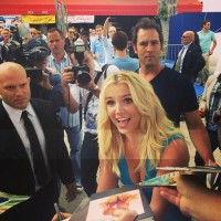Бритни Спирс. 28 июля - Премьера фильма Смурфики 2 в Уэствуде - Снимки фанатов