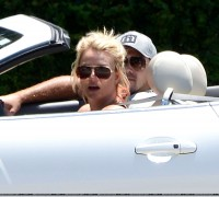 Бритни Спирс. 29 июля - Бритни и Дэвид на прогулке на автомобиле по району Thousand Oaks