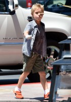 Бритни Спирс. 25 июля - Бритни с мальчиками пообедали в таверне Napa в Thousand Oaks