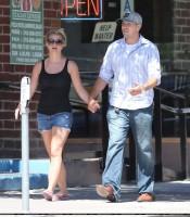 Бритни Спирс. 27 июля - Бритни и Дэвид пообедали в кафе Panini в Уэствуде