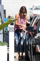 Джессика Альба на автозаправке в Западном Голливуде