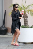 Ева Лонгория купила себе кофе,  в Лос-Анджелесе.