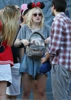 Дакота Фаннинг. Дакота в компании друзей была замечена в Диснейленде, Калифорния. Также некоторым фанатам удалось сфотографироваться с ней.