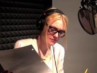 Дакота во время работы над озвучкой мультфильма «Gus».
