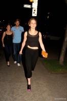Дженнифер Лоуренс. Дженнифер в компании своих друзей покидает ресторан Монреаля
