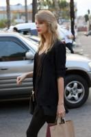 Тейлор покидает продуктовый магазин «Whole Foods» в Беверли-Хиллз, США.