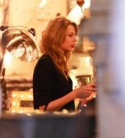 Тейлор в антикварном магазине в Лос-Анджелесе, США.
