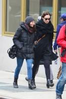 Оливия в компании подруги во время прогулки по городу