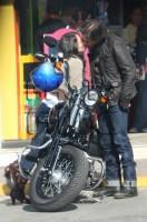 Зурия и Хорхе садятся на мотоцикл