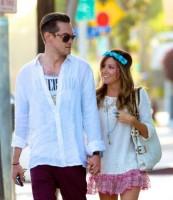 Эшли гуляет по Лос-Анджелесу с Крисом.