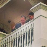 """На балконе в своем ресторане """"Святые и грешники"""""""